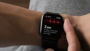 Apple Watch Series 4 - checking heart rate
